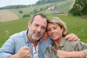 14024126-Senior-couple-se-penchant-sur-une-cl-ture-dans-la-campagne-Banque-d'images